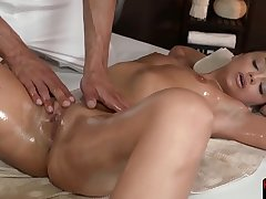 Knead babe gets fingered and slammed